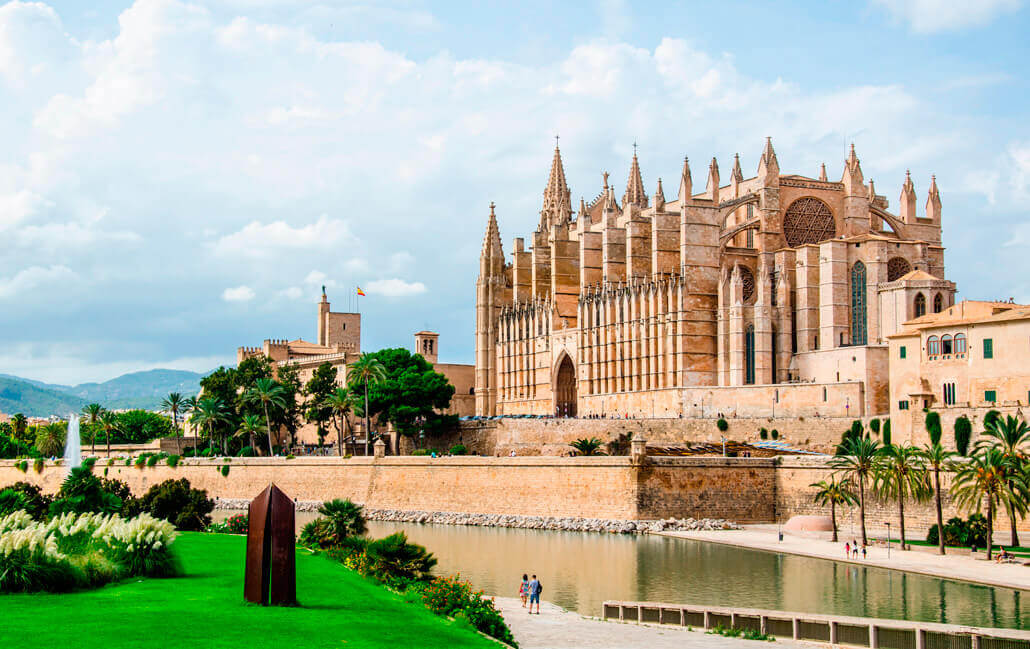 The Catedral of Palma is 15 minutes from Apartahotel Fontanellas Playa